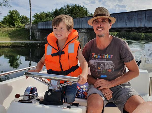 Das Fahren der Hausboote ist so einfach, dass sogar die Kleinen unter Anleitung mal ans Steuer dürfen.
