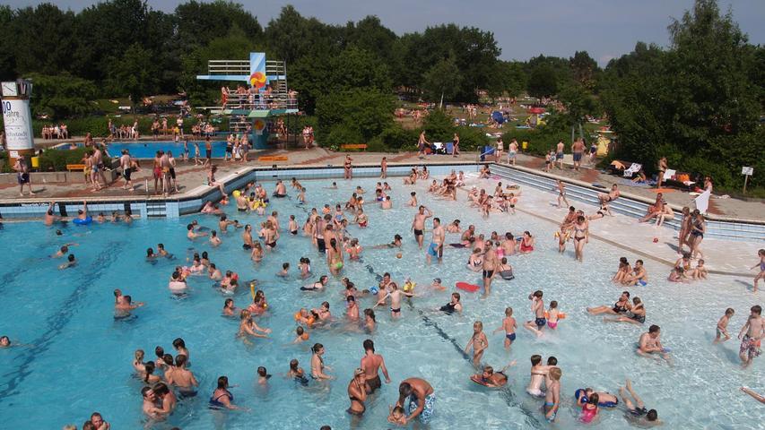 Im Höchstädter Freibad gibt es ein Sportbecken, ein Sprungbecken mit Fünf-Meter-Turm, ein Baby-Planschbecken und ein Wellenbecken. Dort herrscht zur vollen und halben Stunde Wellenbetrieb. Auf der Sportwiese kann man Beachvolleyball spielen.Viele weitere Infos erhalten Sie hier.