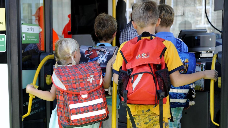 In überfüllten Bussen, wo Kinder oft eng aneinandergedrängt sind, bringt auch die Maskenpflicht nichts, sorgen sich Eltern. Der Landkreis will gegensteuern, auf einzelnen Strecken ist der Einsatz von Verstärkerbussen vorgesehen.