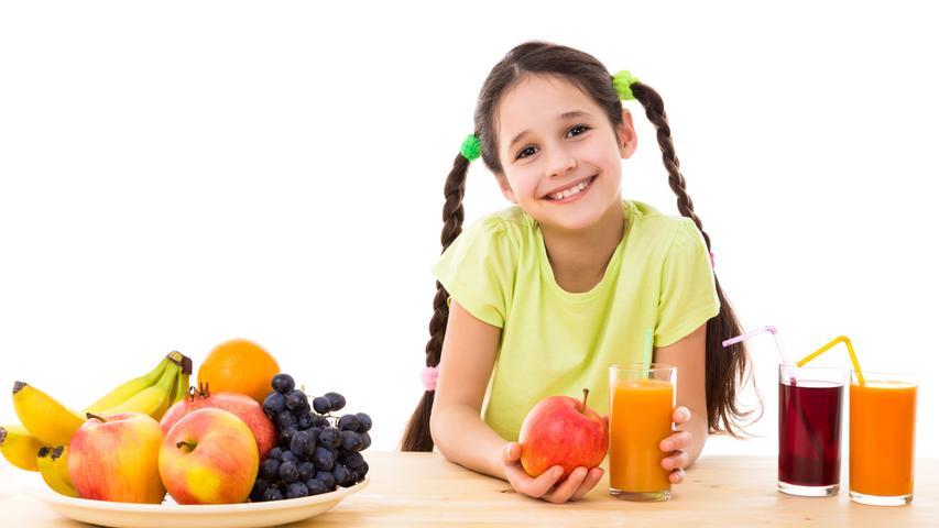 Ausreichend Obst und Gemüse: Das stärkt das Immunsystem und macht fit. Besonders in der kalten Jahreszeit sollte vermehrt auf eine gesunde Ernährung geachtet werden. Packen Sie also Äpfel, Nussmischungenoder Bananen in die Schultüte - Süßigkeiten und andere Geschenke sollten keinen höheren Stellenwert als wertvolles Obst und Gemüse haben.