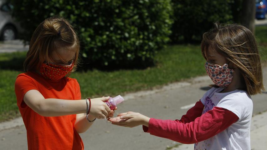 Handdesinfektionsgel und ähnliches sollte auch dabei sein: Durch selbst-gestaltete, bunte Fläschchen hat Ihr Kind daran mehr Freude.