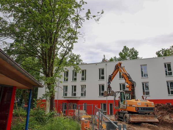 Ruhige Lage mit viel Grün: In dem Neubau der Stadtmission entstehen vier Wohngruppen, die Jugendlichen ziehen nach und nach ein.