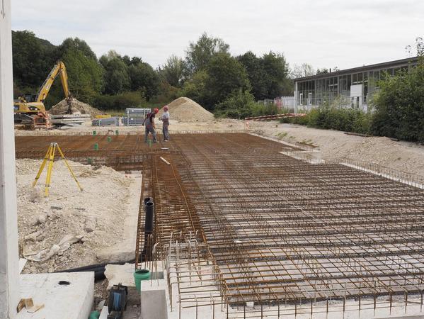 In der kommenden Woche soll mit den Arbeiten für die Bodenplatte angefangen werden, zuvor haben die Bauarbeiter schon zahlreiche Leitungen unter dem Rohbau verlegt.