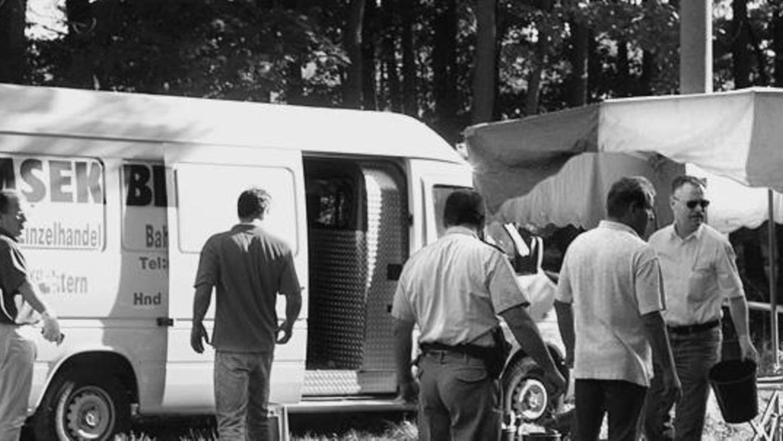 Selbst die Mordkommission ist geschockt: Enver Simsek wurde in seinem weißen Kastenwagen in der Liegnitzer Straße mit acht Schüssen so schwer verletzt, dass er zwei Tage später starb.