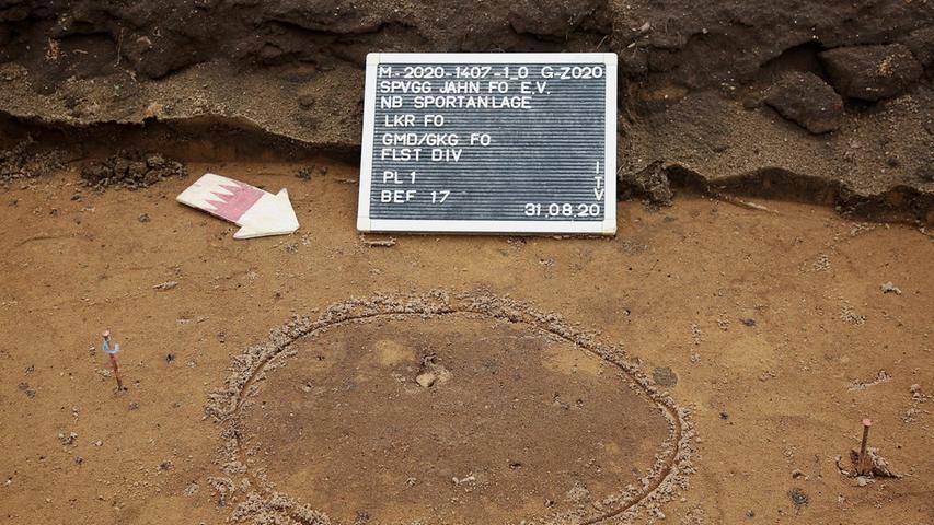 Der Tatort liegt im Norden von Forchheim, der Kringel im Sandboden umkreist ein Beweisstück. Vier Tage blicken die Archäologen in die Vergangenheit der Stadt.
