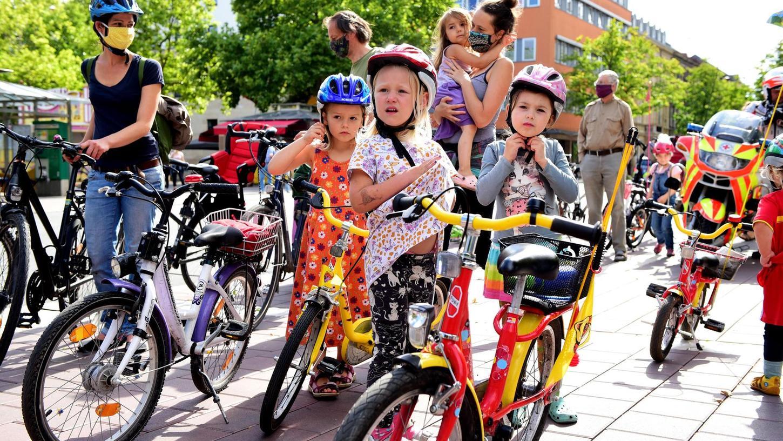 Mehr und bessere Radwege, das wünschen sich auch die jüngsten Teilnehmer der Kidical-Mass-Radtour, die an der Fürther Freiheit losging.