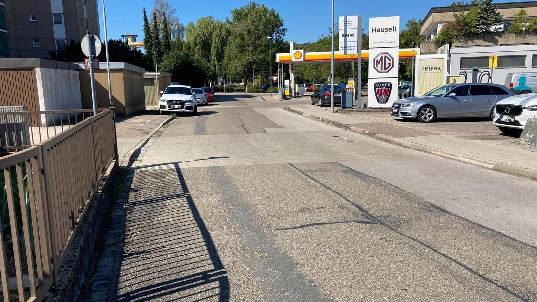 Der Belag der Industriestraße gleicht an manchen Stellen einem Flickenteppich. Schon seit einigen Jahren wurde im Stadtrat über die Sanierung des Straße diskutiert, am nächsten Montag sollen die Arbeiten starten.