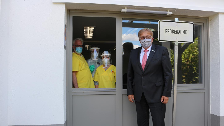 Landrat Helmut Weiß stattete zum Start des Testzentrums am Gesundheitsamt allen Beteiligten den Dank für einen wirklichen Kraftakt ab.