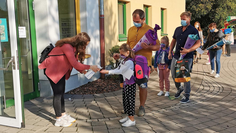 Hände desinfizieren vor der Schultür: Am ersten Tag nach den Ferien und mit den Eltern im Schlepptau sind die Infektionsschutzmaßnahmen besonders streng. Für die meisten Kinder sind sie aber ohnehin schon selbstverständlich.