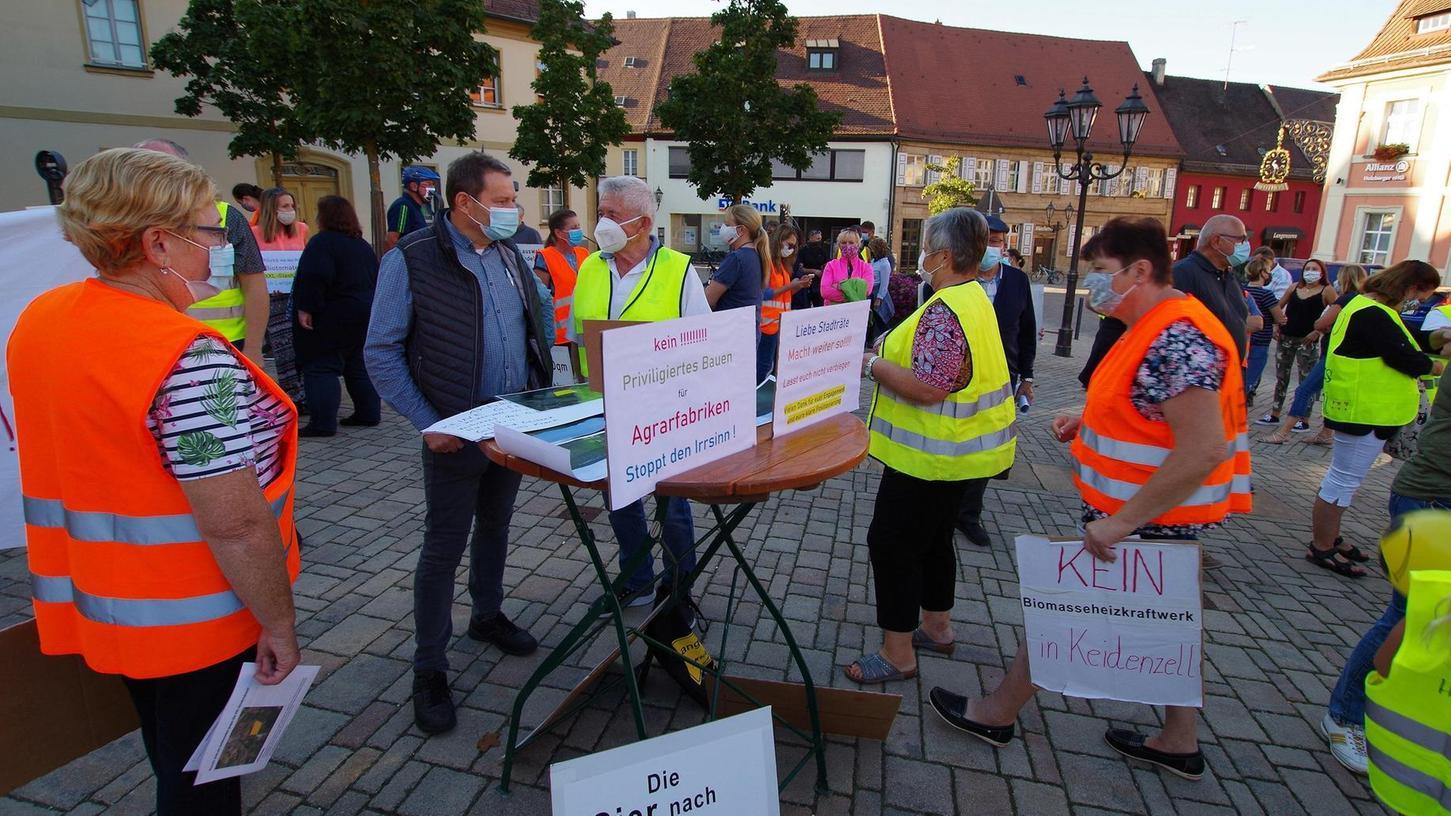 Die Gewächshaus-Gegner zeigen Präsenz vorm Rathaus. Und das wollen sie jetzt regelmäßig immer montags im Zwei-Wochen-Takt tun.
