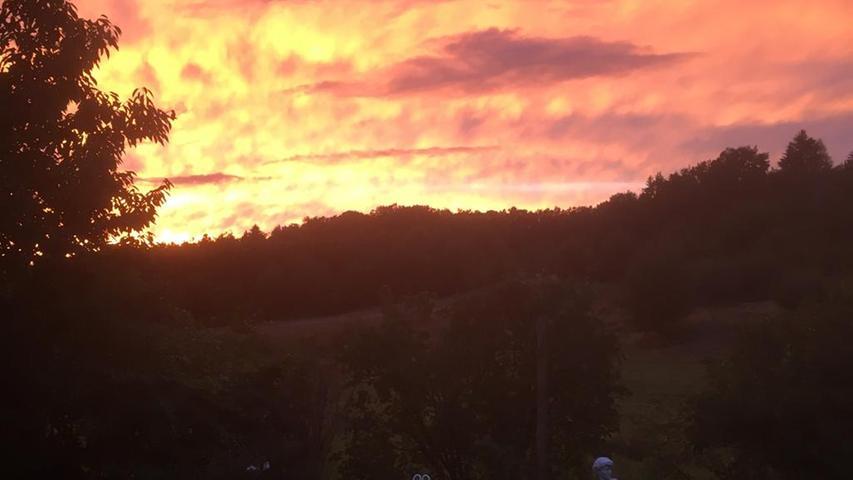 So schön kann ein Sonnenuntergang in Neunkirchen sein, schreibt uns Hermann Hahn, der das Foto gemacht hat.