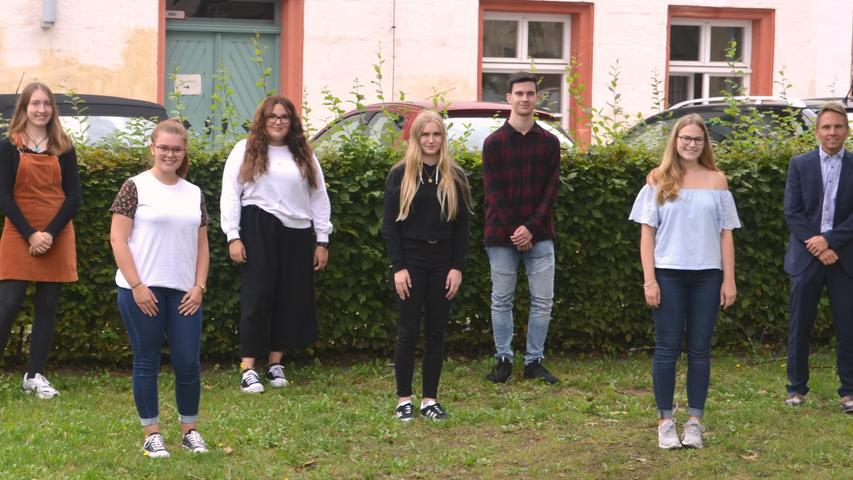 Sechs neue Beamtenanwärter konnte Christian Kolb, stellvertretender Leiter des Finanzamts Hilpoltstein, zum Dienstantritt begrüßen. Die zweijährige Ausbildung umfasst sowohl berufspraktische Abschnitte am Finanzamt, als auch mehrere Lehrgänge an der Landesfinanzschule Ansbach. Insgesamt werden derzeit zehn junge Mitarbeiter beim kleinsten Finanzamt Bayerns auf den Beruf des Steuerbeamten vorbereitet.