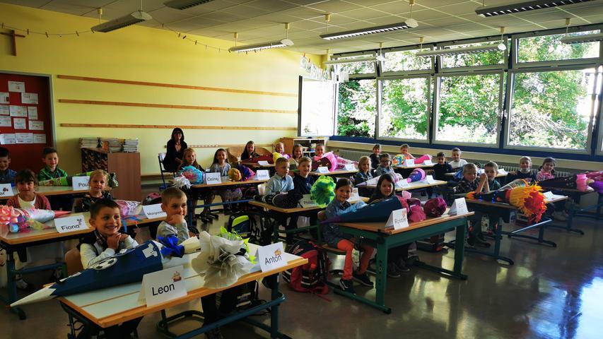Auch das Zimmer der Klasse 1b ist bis auf den letzten Platz mit Erstklässlerinnen und Erstklässler voll besetzt. So viele wissbegierige Kinder werden zukünftig von ihrer Lehrerin Irmgard Kraus unterrichtet.