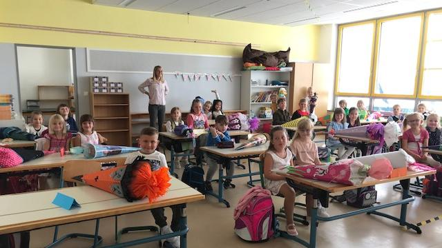 Die neuen Schülerinnen und Schüler der 1c blicken freudig in die Kameralinse.