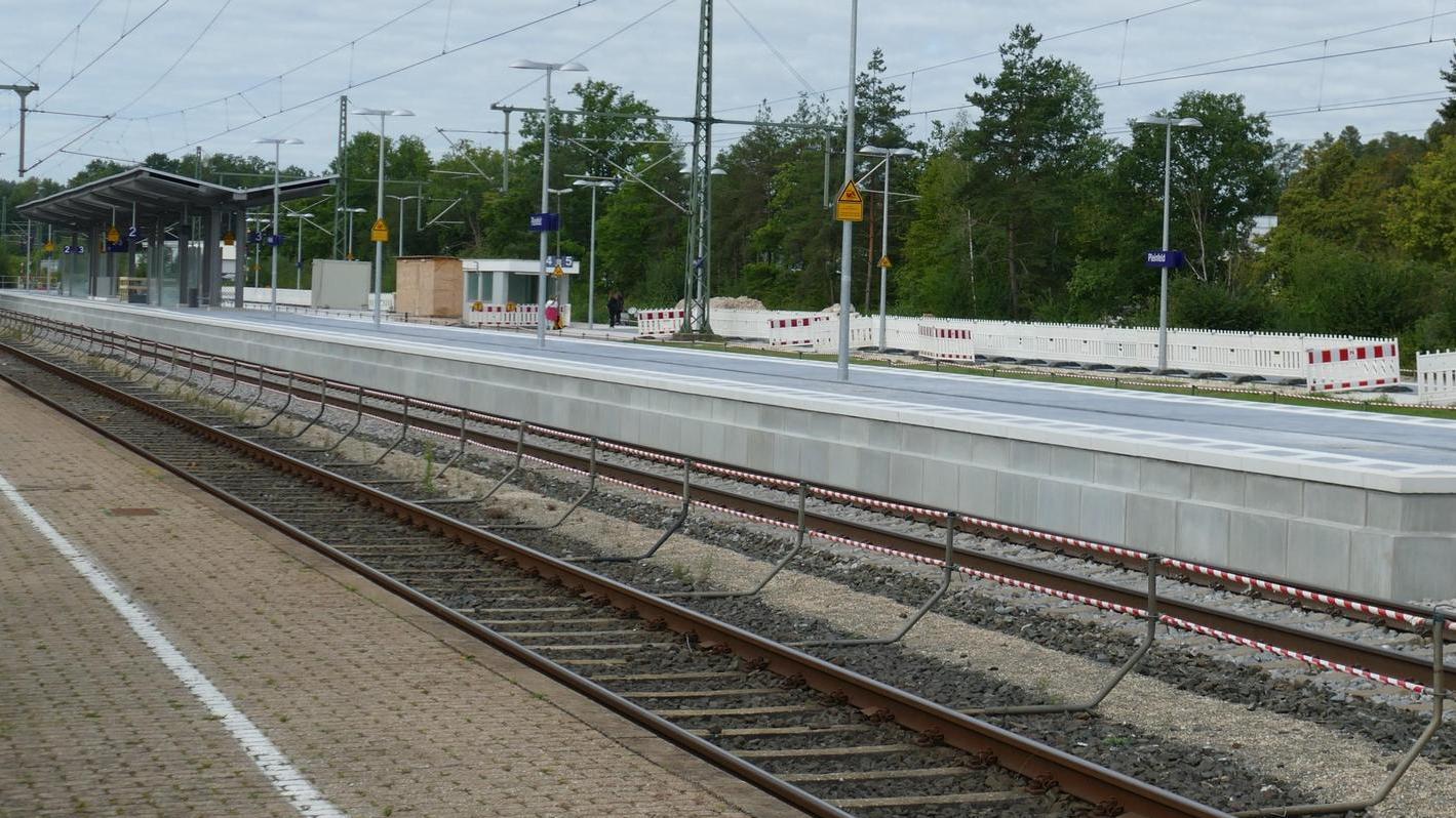 Der Umbau des Pleinfelder Bahhofs zum barrierefreien Bahnhof schreitet voran. Ein Bahnsteig lässt bereits erkennen, wohin die Reise geht. Im Hintergrund ist zudem die neue Überdachung zu sehen.