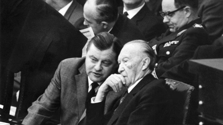Bundesverteidigungsminister Franz Josef Strauß (links) unterhält sich im Bundestag mit Bundeskanzler Konrad Adenauer (CDU) während der dritten Spiegel-Debatte im November 1962. Im Spiegel erschien der Artikel
