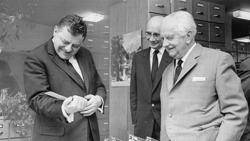 Im Mai 1965 war Strauß zu Besuch bei den Nürnberger Nachrichten. Das Bild zeigt ihn zusammen mit den Herausgebern der NN, den Verlegern Dr. Joseph E. Drexel und Heinrich G. Merkel im Redaktionsarchiv, das ihn besonders interessierte.