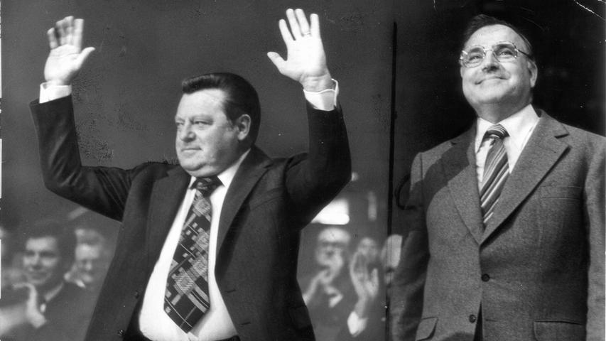 Franz Joseph Strauß und Helmut Kohl im Wahlkampf 1976. Kurz darauf holte Strauß die CSU ans bundesweite Licht, als er den Kreuther Trennungsbeschluss fassen ließ. Der hielt keinen Monat. Die CSU musste erkennen, dass der Preis zu hoch wäre. Einer bundesweit agierenden CSU stünde ein CDU-Landesverband in Bayern gegenüber.