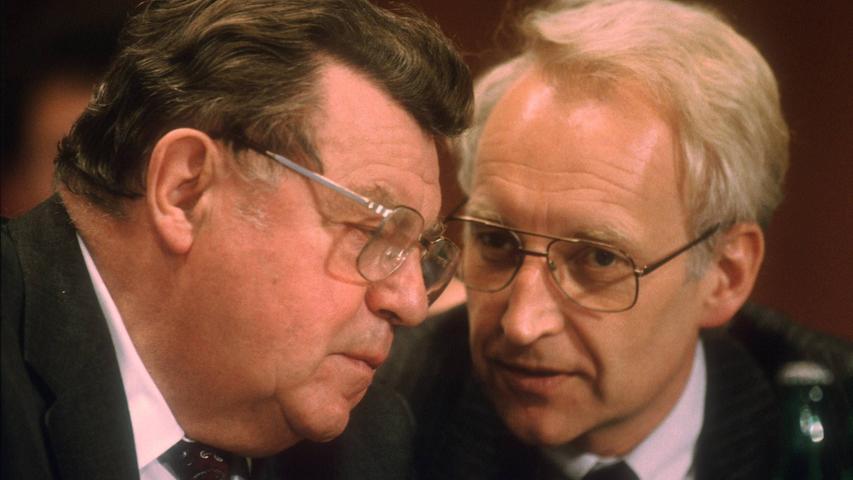 Die CSU versucht trotz des Knalls von 1978, ihren bundespolitischen Anspruch zu zementieren und schreckt andererseits immer wieder davor zurück. Edmund Stoiber (rechts) wagte als Letzter 2002 die Kanzlerkandidatur. Den Schritt in ein Berliner Ministerium vollzog Stoiber allerdings nie, die Wahl gewann Gerhard Schröder.