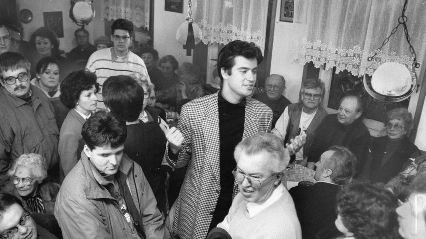 Mitte der 1990er erschien dann ein neuer Stern auf der christsozialen Bildfläche: Markus Söder (Mitte), damals Landtagskandidat der CSU. Auf diesem Bild hatte er zusammen mit dem CSU-Ortsverband St. LeonhardBewohner des Nürnberger Stadtteils zu einer Diskussion über ein Flüchtlingsheim eingeladen.