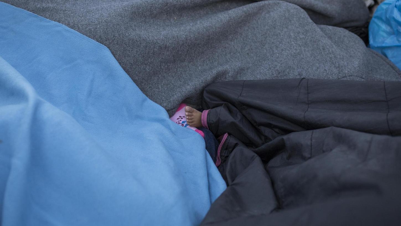 Bilder, die unter die Haut gehen: Asylsuchende schlafen am Straßenrand in der Nähe des ausgebrannten Flüchtlingslagers Moria. Mehrere Brände haben das Lager fast vollständig zerstört, viele Schutzsuchende wurden obdachlos.