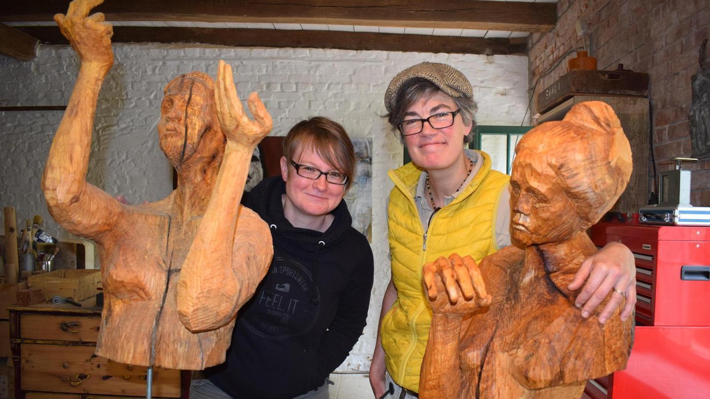 Die Gastgeberinnen – Designerin Vanessa Cognard (links) und Holzbildhauerin Nadine Rosani – haben sich in diesem Jahr sieben Künstlerinnen und Künstler in ihren Kulturhof bei Heideck geladen. An vier Wochenenden dürfen sich Kunstsinnige hier umsehen.