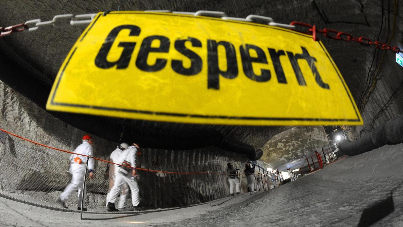 In Asse in Niedersachsen gibt es eines von etlichen Zwischenlagern für radioaktiven Abfall. Es gilt als einigermaßen marode.
