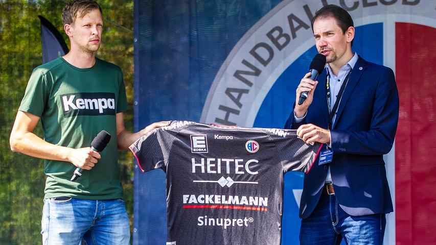 13.09.2020 --- Handball --- Saison 2020 2021 ---  Saisoneröffnung HC Erlangen HCE --- Foto: Sport-/Pressefoto Wolfgang Zink / OGo ---   Kempa mit neuem Trikot Rene Selke ( Geschäftsführer HC Erlangen HCE )