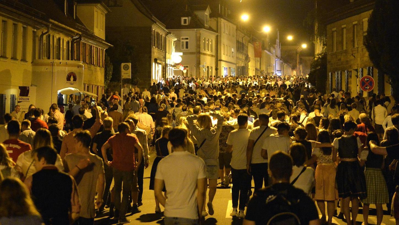 Eigentlich ein Rettungsweg: Nach Schankschluss auf den Kellern ziehen tausende Bergkirchweihbesucher weiter zum Feiern in die Erlanger Innenstadt.