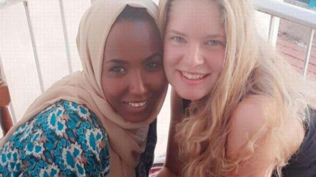 Lea Beigel (rechts) hat nach ihrem Einsatz in Moria, eine Geflüchtete in Athen besucht, die sie im Flüchtlingscamp kennengelernt hatte.