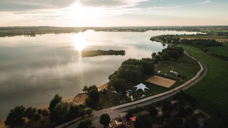 Aus ihr soll ein ganz besonderer Veranstaltungsort werden: Die kleine Insel vor dem Hundestrand am Altmühlsee wird dafür mit einer Brücke erschlossen.
