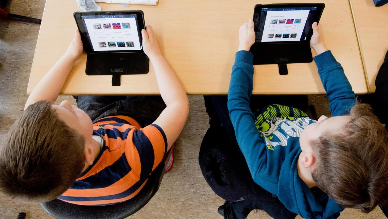 Lernen am Laptop: Weil sich nicht jede Familie ein solches Gerät leisten kann, helfen die Fürther Schulen mit Leihgeräten aus.