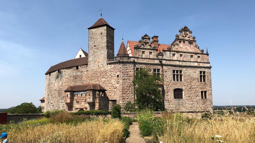 Wer sich für Burgen interessiert, kann sich auf den Weg durch den Fürther Stadtwald nach Cadolzburg begeben, wo die gleichnamige Burg aus dem 13. Jahrhundert am Rande der malerischen Altstadt thront.