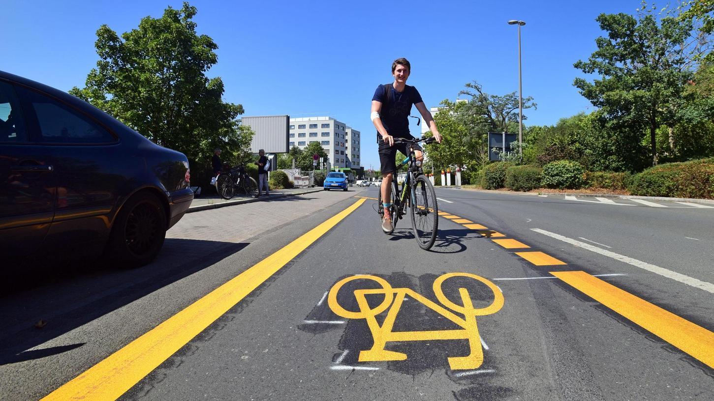 Eine eigenen Fahrspur für Radler gibt es seit sechs Wochen Richtung Stadtgrenze – wie viele Radler sie nutzen, soll eine Zählung zeigen.