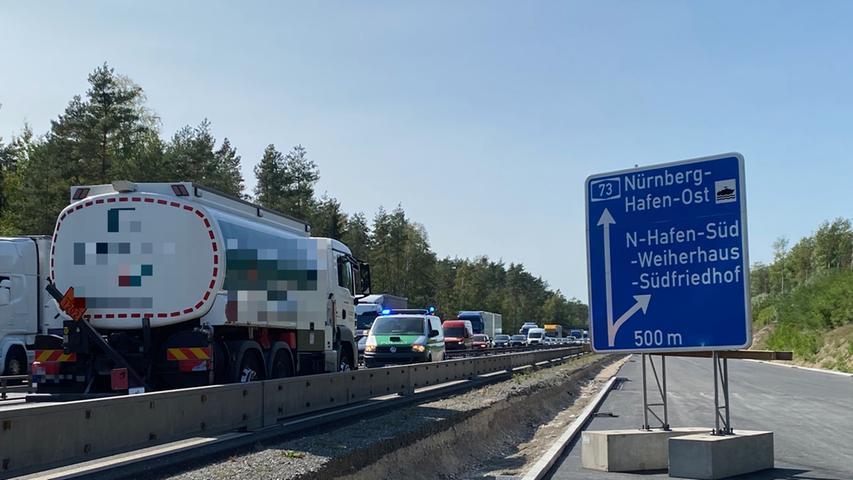 Eigentlich sollte der Ausbau der A73 zwischen der Anschlussstelle Nürnberg-Hafen-Ost und dem Kreuz Nürnberg-Süd 2020 abgeschlossen sein, im Jahr 2021 sollte nur noch der offenporige Asphalt aufgetragen und der Lärmschutz abgeschlossen werden. Nun muss im Jahr 2021 aber auch noch der Abschnitt zwischen dem Kreuz Nürnberg-Süd und Zollhaus ausgebaut werden, weil dieser Teil 2020 nicht mehr geschafft wurde.