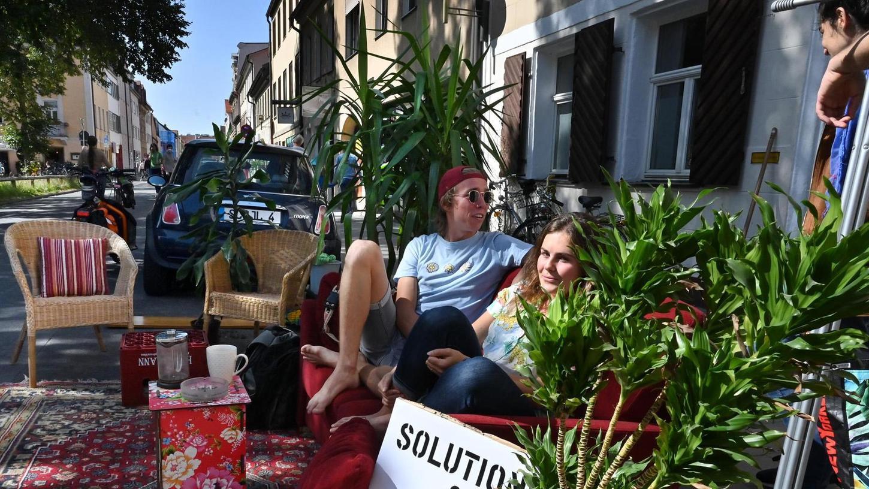 """""""Man kann den Parkraum auch anders, sinnvoller nutzen"""": Aktivisten beim entspannten Plaudern in der Oberen Karlstraße."""