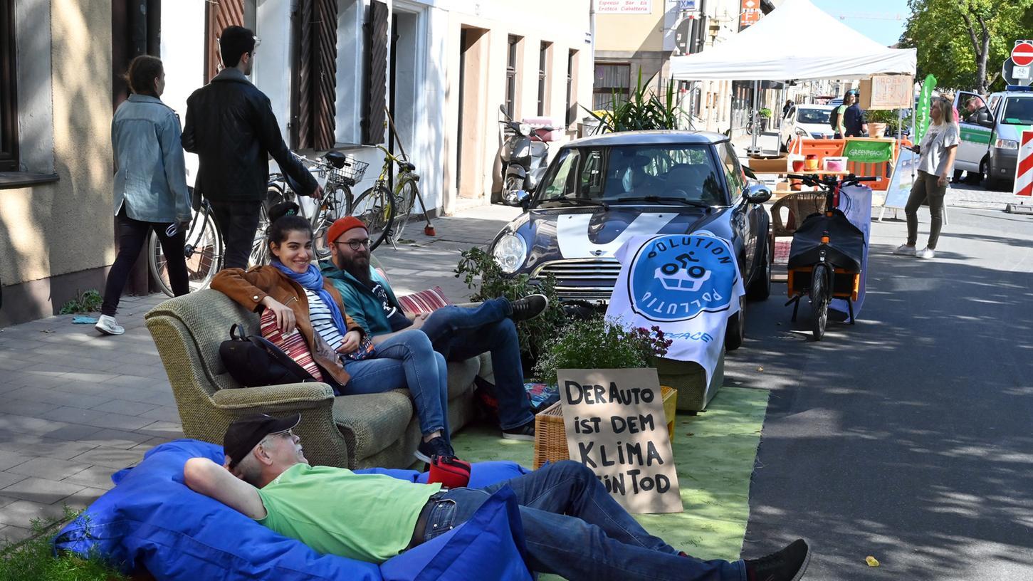 Schon im vergangenen Jahr machte Greenpeace auf die Parkraumsituation aufmerksam - damals in der Oberen Karlstraße. Diesmal ist die Friedrichstraße dran.