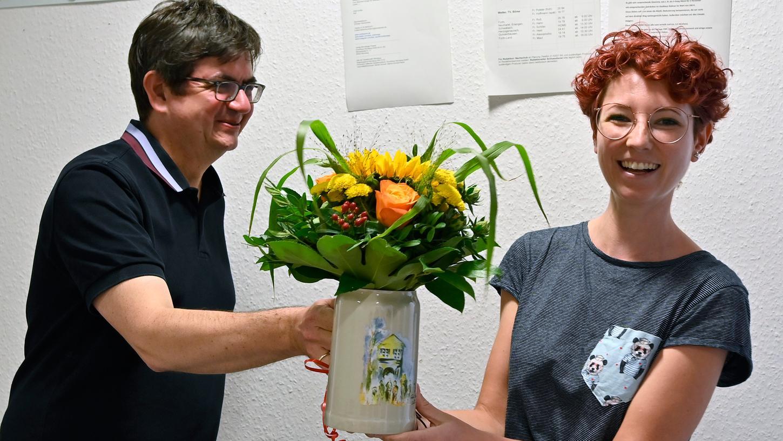 Stilecht verabschiedet: Redaktionsleiter Stefan Mößler-Rademacher übergibt Katharina Tontsch einen Bergkirchweih-Steinkrug und Blumen.