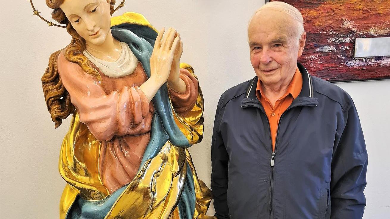 Kurt Martens freut sich, dass die restaurierte Replik der Muttergottes-Statue wieder zurück ist und bald wieder ihren angestammten Platz am Rathaus einnehmen wird.