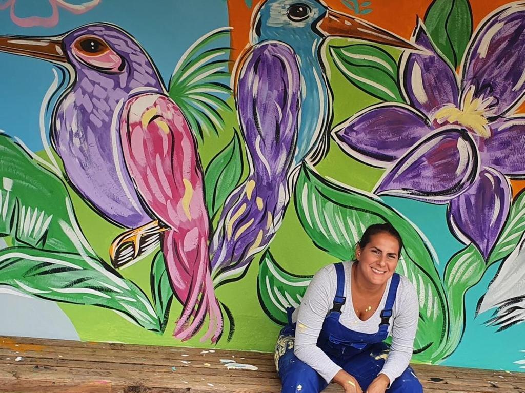 """Farbenfroh: Mit bunten Acrylfarben hat Liliana Martinez die Bushaltestelle """"Siedlung"""" in Oberreichenbach gestaltet."""