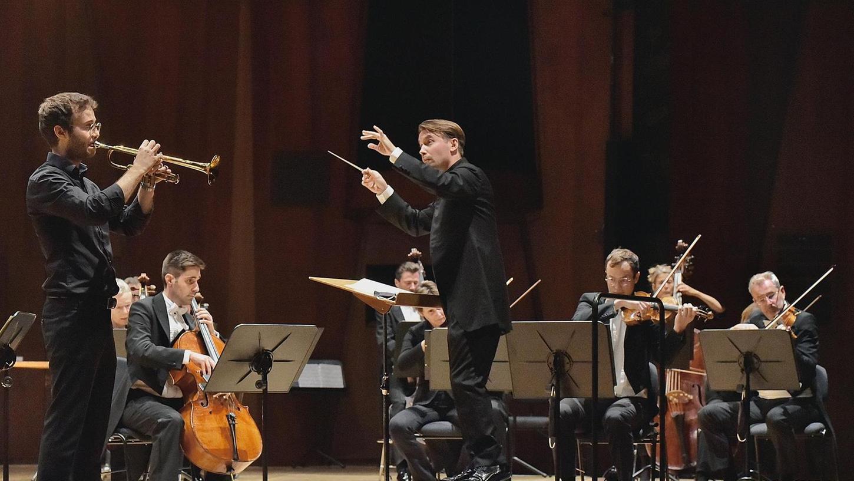 Ein junger, erfolgreicher Trompeten-Virtuose und ein temperamentvoller Orchesterleiter: Simon Höfele (links), Dirigent Pietari Inkinen und die Deutsche Radio Philharmonie begeisterten in der Ladeshalle das Publikum.