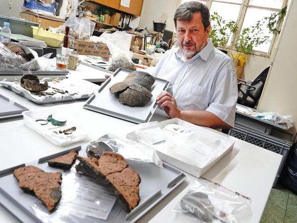 Stadtarchäologe John Zeitler präsentiert Reste eines Tonkrugs aus dem Knoblauchsland.
