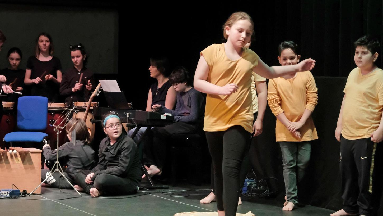 Bei Mubikin musizieren Kinder nicht nur, sie lernen auch, sich rhythmisch zur Musik zu bewegen. Das Programm ist für Jungen und Mädchen im Kindergarten- und Grundschulalter ausgelegt.