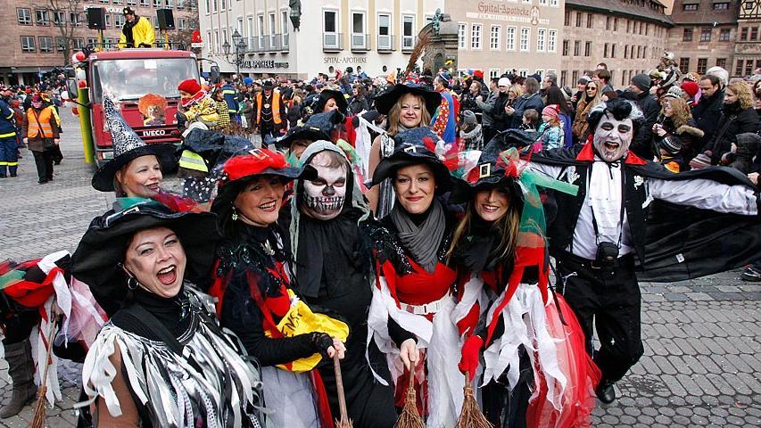 Konfetti-Stimmung in der Nürnberger Altstadt: Rund 100 000 Narren haben während des traditionellen Faschingsumzugs am Sonntag begeistert gefeiert.