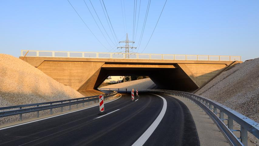 Gute Nachrichten für Autofahrer und Pendler: Die Arbeiten auf der Großbaustelle am Autobahnkreuz Fürth-Erlangen liegen gut im Zeitplan.  Ab diesem Donnerstag wird der sogenannte Overfly zunächst einspurig für den Verkehr freigegeben. Autofahrer, die von Erlangen auf die A3 fahren, können diese in luftiger Höhe überqueren, bevor sie die A73 unterqueren und auf die Richtungsfahrbahn nach Regensburg einschwenken. Später wird diese Überleitung sogar durchgängig zweispurig befahrbar sein und ein noch zügigeres Durchkommen ermöglichen.