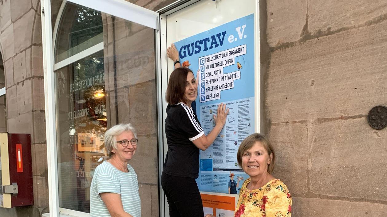 Geli Schmidbauer, Anne Aichinger und Jutta Geier (v. li.) vom Südstadtverein Gustav bestücken den Schaukasten an der Rankestraße.