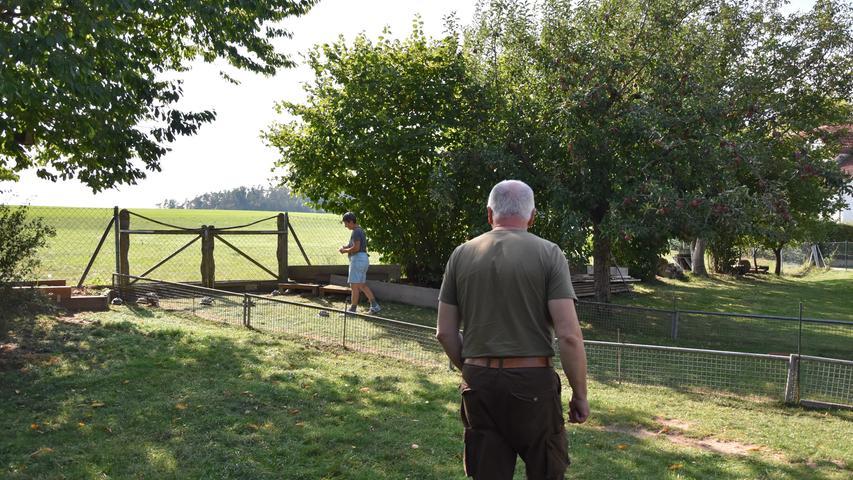 Ottmar Brunner führt stolz durch den weitläufigen Garten. Er genießt das viele Grün und das Leben auf dem Land.