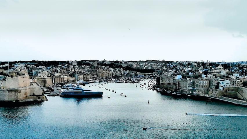 Von Valettes großem Hafen aus hat man einen wunderbaren Blick auf die Three Cities Bigu, Senglea und Cospicua, die nahezu allen Völkern, die je auf den Inseln siedelten, Wohnstatt und Festung boten. Die Häfen in den Buchten werden bereits seit phönizischen Zeiten genutzt. Per Wassertaxi (