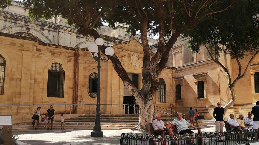 So lebendig und quirlig es oft in der Hauptstadt Valetta zugeht - Zeit für einen Plausch nehmen sich die Malteser dennoch immer wieder gerne. So wie hier vor der Kathedrale.