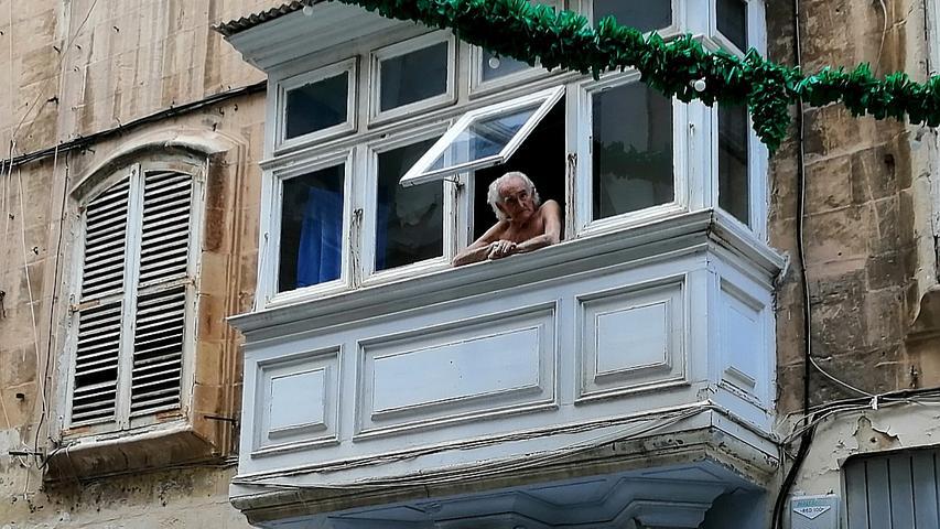 Die Balkone hoch oben an den Häusern sind nicht nur bautypisch für Maltas traditionelle Architektur. Sie bieten darüber hinaus einen guten Überblick über das Geschehen in den Straßen.